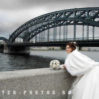 рядом с Охтинским мостом