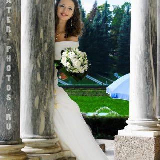 невеста на фоне фонтана