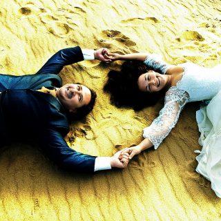 на песке молодая семья
