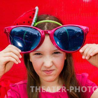 недовольный ребенок в очках