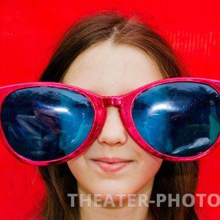 очки большие, красный фон