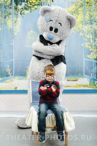 Детская фотозона с медведем