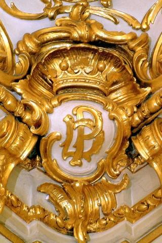 лепнина в золотой гостинной