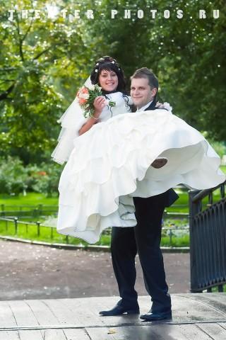 невеста на руках у мужа