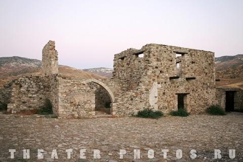каменные руины
