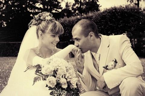поцелуй ручки невесты