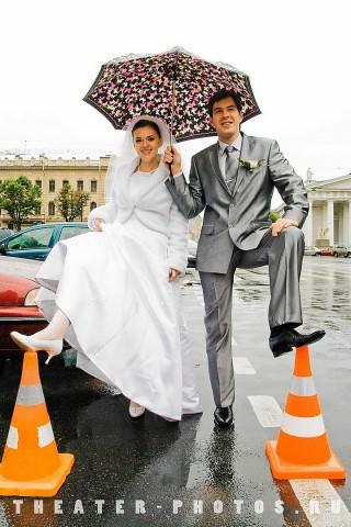 молодая пара под зонтом