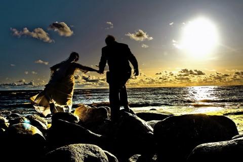 бегущие молодожены по камням