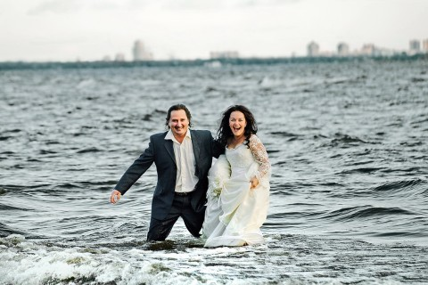 в воде в свадебном наряде