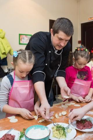 Дети-готовят-пельмени-съёмка (5)